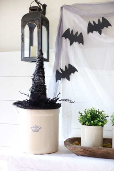 Classic and simple Halloween Decorating - Halloween Decorating - Halloween Entryway