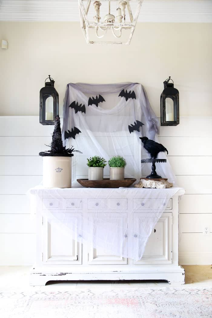 Classic and simple halloween decorating - Halloween entryway - Halloween Decor