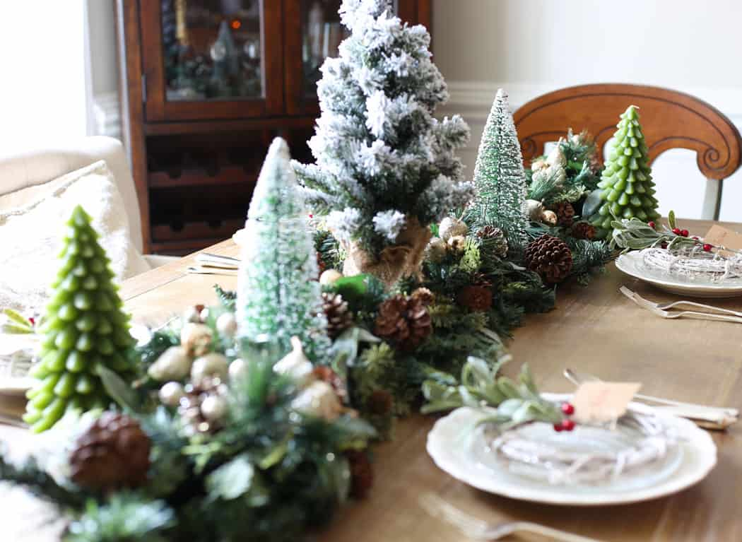 Christmas table decor | This green and red Christmas table with welcome your guests this holiday season!