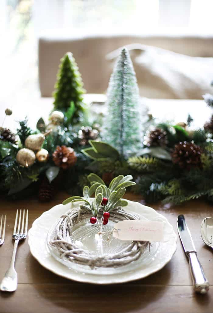 Christmas Table Decor | Invite your guests this holiday season with this beautiful green and red Christmas table! #christmas #christmasdecor #christmasdecorating #holidaydecor #christmastabledecor